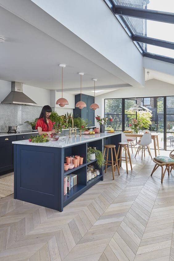 mutfagi ve oturma odasini ayiran bir ada