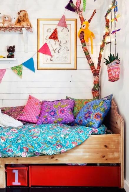 Yatağa birkaç renkli yastık ekleyin