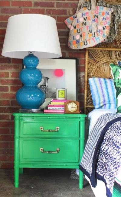 Eski mobilyaları sıcak parlak renklerde boyayın