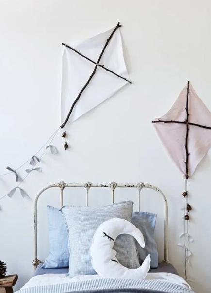 Duvarları süslemek için eski yelkenlerden ve çubuklardan iki uçurtma yapın