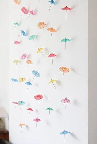 Renkli kağıt şemsiyeleri asın